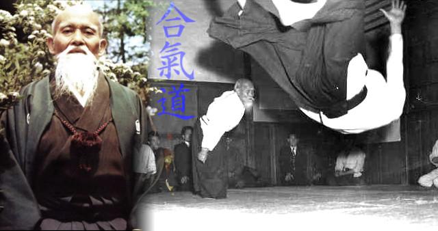 A la izquierda Morihei Ueshiba O-Sensei realizando una proyección de Aikido a uno de sus alumnos.